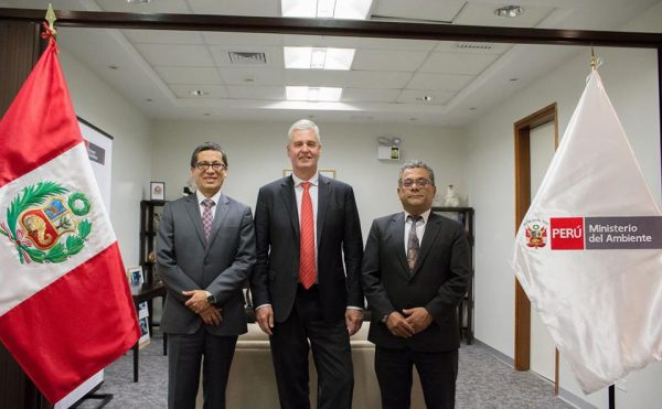 Dr. Frank Rijsberman (center) pictured with Vice Ministers of the Environment Fernando León (l) and Marcos Alegre (r)